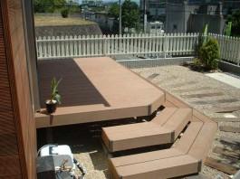 福岡県福岡市城南区のウッドデッキ(3段ステップ)のある庭のデザイン例。子どもに人気。