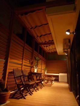 福岡県春日市のガーデンルーム・サンルームのあるお庭の写真。夜のライトアップ風景。