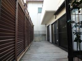 既存のウッドデッキとフェンスを解体撤去し、樹脂製のデッキと目隠しフェンスへ。