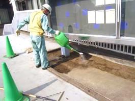 福岡県春日市 エクステリア ガーデニング 太陽ハウジング 雑草アタック 下地散水作業の写真です