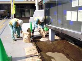 福岡県春日市 エクステリア ガーデニング 太陽ハウジング 雑草アタック 配袋作業の写真です
