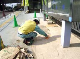福岡県春日市 エクステリア ガーデニング 太陽ハウジング 雑草アタック 敷き均し作業の写真です