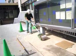 福岡県春日市 エクステリア ガーデニング 太陽ハウジング 雑草アタック 一次転圧作業の写真です