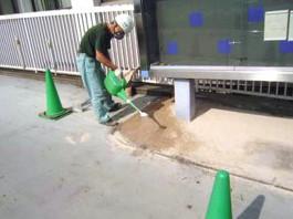福岡県春日市 エクステリア ガーデニング 太陽ハウジング 雑草アタック 一次散水作業の写真です