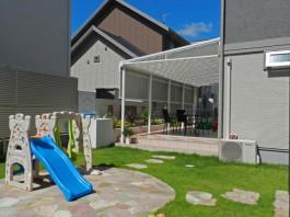 福岡県大野城市の大きな屋根のある庭・ガーデンの施工例。花壇やオブジェも素敵です。