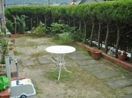 リフォーム前のお庭の写真です。土の部分を全て石貼りにリフォームします。