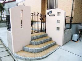 福岡県古賀市 B様邸 門まわり 門柱 門扉 塗り壁 ガラスブロック 施工例 デザイン