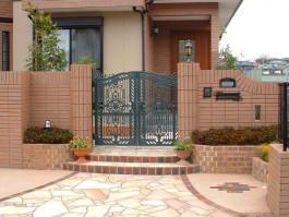おしゃれな門扉でデザインした新築外構です。