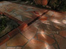 美しい色の石と砂利とレンガのアプローチはとてもおしゃれです。