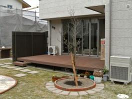 福岡県古賀市E様邸ウッドデッキ+目隠しフェンスのデザイン例。素敵なお庭。