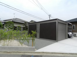 福岡県福津市T様邸カーポート+ガレージ・シャッターを使った車庫のデザイン例。