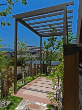 福岡県糸島市W様邸ガーデン工事のデザイン例。おしゃれなパーゴラが魅力的です。