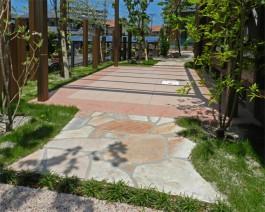 福岡県糸島市W様邸ガーデン工事のデザイン例。ピンクでまとめた可愛いアプローチ。