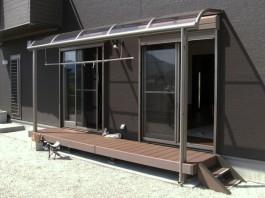 福岡県飯塚市T様邸ウッドデッキ+テラス・屋根施工例。洗濯物を干す時に便利です。