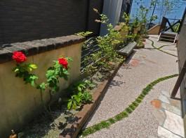 福岡県糸島市W様邸ガーデン工事のデザイン例。奥様のお好きなバラがよく似合うガーデン。