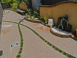 福岡県糸島市W様邸ガーデン工事のデザイン例。タマリュウが軽やかに交差するアプローチ