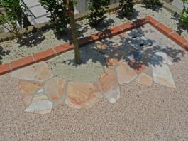 福岡県糸島市W様邸ガーデン工事のデザイン例。自然石で可愛く花壇を縁取りました。