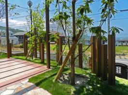福岡県糸島市W様邸ガーデン工事のデザイン例。ポールを使ったセミクローズなガーデン。