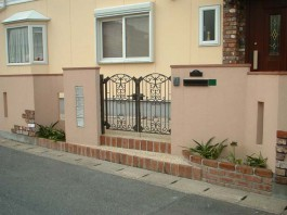 福岡県福岡市早良区の外構デザイン例。門扉とガラスブロックの可愛いエクステリア。