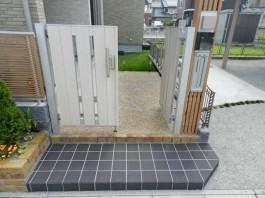 福岡県大牟田市の新築外構施工例。門扉やフェンスにこだわったモダンなエクステリア。
