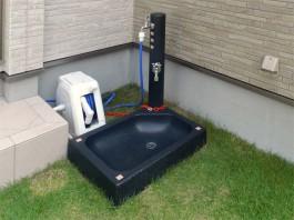 福岡県大牟田市の立水栓施工例。お庭にお洒落な手洗い場を設置。色はブラックです。