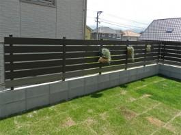 福岡県糸島市木目の目隠しフェンス施工例。色違いの板を組み合わせたフェンス。