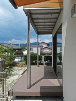 福岡県筑紫郡那珂川町のウッドデッキデザイン例。お庭にウッドデッキとステップを工事。