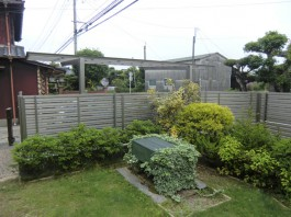 福岡県朝倉郡筑前町の目隠しフェンス施工例。アルミ材ステンカラーのお洒落なフェンス。