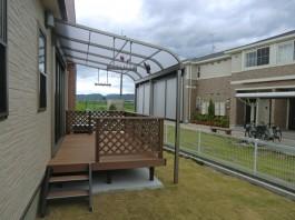 福岡県うきは市ウッドデッキとテラス・屋根の施工例。フェンスと目隠しパネルも施工。