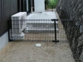 福岡県朝倉市のフェンスを間知石に合わせてカットした写真。モルタルの階段も施工。