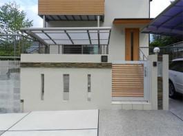 福岡県筑紫郡那珂川町の新築エクステリア工事。スライド門扉と自然石のモダンな外観。