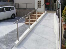 福岡県中間市の手すり(手摺)のあるスロープ工事。自転車・バイク・車いすも安全です。
