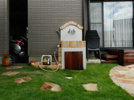 お庭・ガーデンにおしゃれな立水栓が登場。わんちゃんたちとバスタイムを楽しめます。