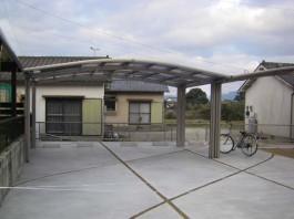 福岡県うきは市のM合掌+Y合掌の車3台用カーポートのある駐車場の施工例。