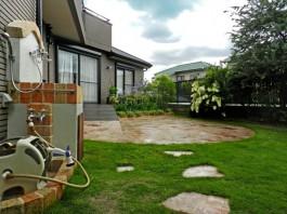 お庭の入口。石のアプローチの先には素敵なアウトドアリビング。