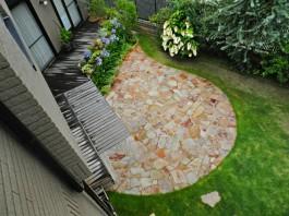 お庭を2階から見た様子です。石貼り広々。植栽豊かなガーデンを楽しむことができます。