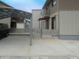 福岡県宗像市の外構リフォーム工事。生垣を目隠しフェンスへ。車庫の目地を砂利敷きへ