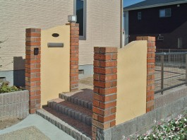 福岡県宗像市の外構門まわり工事。レンガの角柱や塗り壁の門柱がおしゃれな新築外構。
