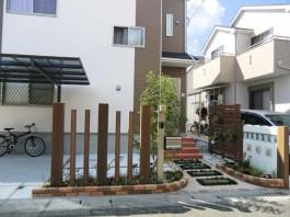 福岡県筑紫野市の玄関アプローチ。新築外構工事。雑貨屋のようにおしゃれな花壇。