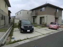 福岡県宗像市の外構リフォーム工事前。生垣を目隠しフェンスへ。車庫の目地を砂利敷きへ