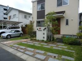 福岡県太宰府市の玄関アプローチ。のびやかなアールのアプローチ。新築外構工事。