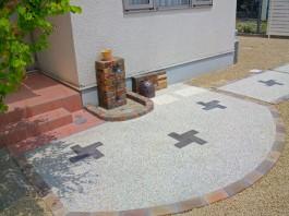 福岡県福岡市西区のお庭・ガーデン工事。木目の高いフェンスと可愛いアプローチ。砂利。