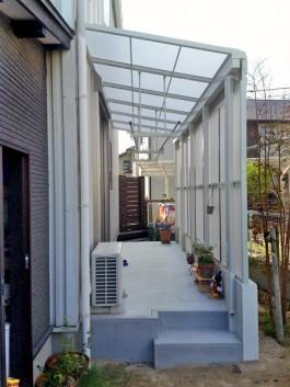 福岡県大野城市のお庭にテラス・屋根(パネル付)を付けた施工例。洗濯物用テラス囲い。
