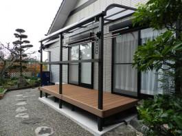 福岡県春日市のお庭にウッドデッキとテラス屋根のある洗濯干しスペースを工事した例。