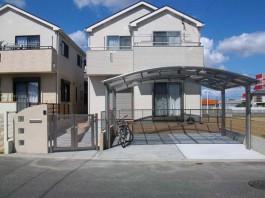 福岡県太宰府市の2台用のカーポートと門扉のある新築外構工事。ガラスブロック門柱も