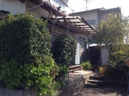 福岡県春日市のウッドデッキとテラス屋根工事。ふとん干しや竿掛けで快適な洗濯スペース
