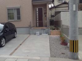 玄関の前にブロックがあるデザインでしたが、解体してスペースの広い門まわりへ。