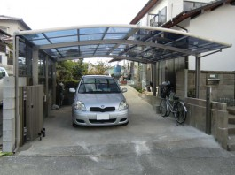 福岡県春日市のカーポート・伸縮門扉・サイドパネルを付けた外構エクステリアリフォーム。