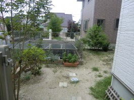 福岡県小郡市のお庭・ガーデン工事前。砂利敷きは雑草対策。デッキと物置のあるガーデン