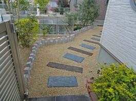 福岡県小郡市のお庭・ガーデン工事。砂利敷きは雑草対策。デッキと物置のあるガーデン